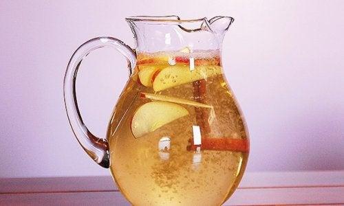 Juoma kanelista ja omenasta