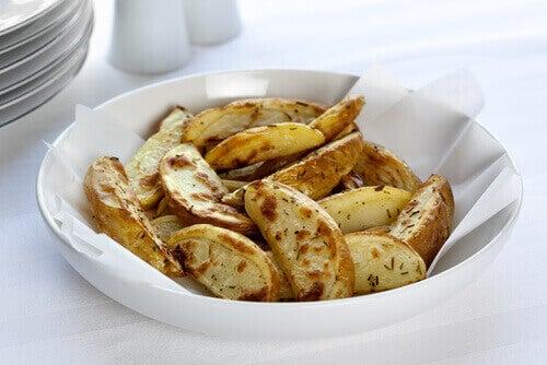 Paistetut perunat ja talouspaperi