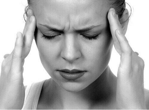 krooninen väsymys aiheuttaa myös päänsärkyjä