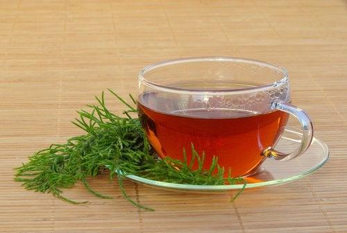 Esimerkiksi peltokortteesta valmistettu tee auttaa poistamaan nesteitä.