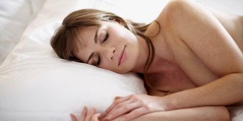 Nainen ja alasti nukkuminen