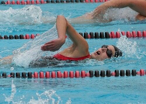 Vesiurheilu parantaa koordinaatiokykyä ja kestävyyttä.