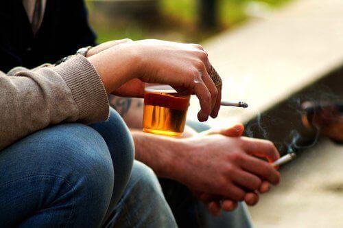 Alkoholin välttäminen auttaa estrogeenitason hallinnassa