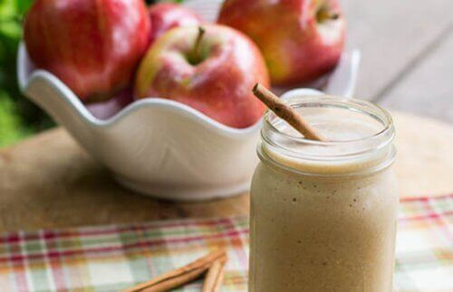 4 loistavaa omenasmoothieta vatsan hoikistamiseksi