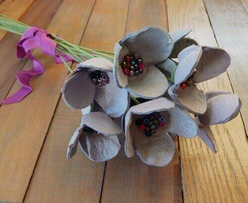 kierrätä kennoista kukkia