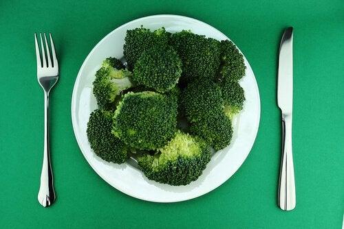 lautanen täynnä parsakaalia