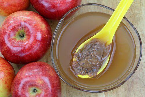 Omenaviinietikan ja valkaisuaineen yhdistelmä auttaa poistamaan hometta.