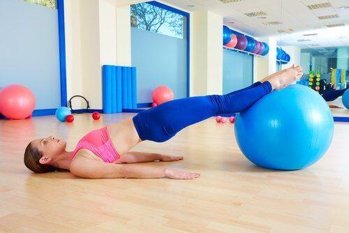 Kegel-harjoitus jumppapallolla