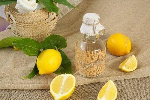 Sitruunamehua auttaa kirkastamaan suihkuverhojen väriä.