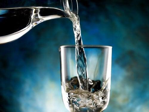 Poista kehoon kertyneet nesteet veden avulla