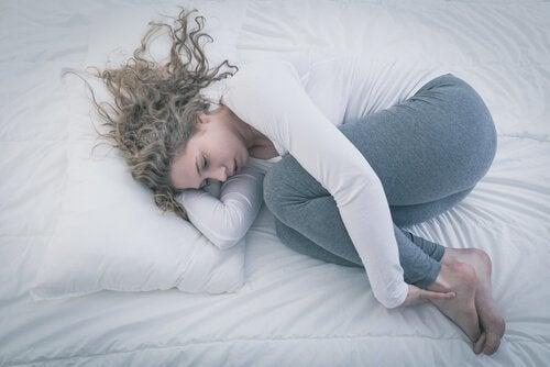 tyttö makaa sängyllä