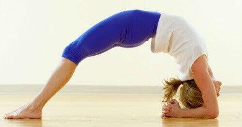 5 joogaliikettä ahdistuksen ja stressin torjuntaan