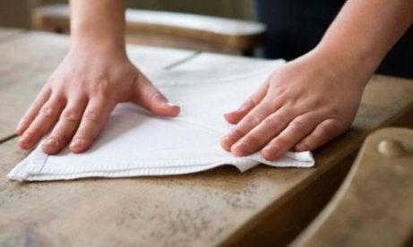 Voit poistaa maalitahrat lattiasta ja seinistä kokiksen avulla.