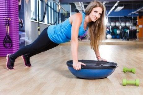 Voit treenata käsivarsia myös ilman painoja.