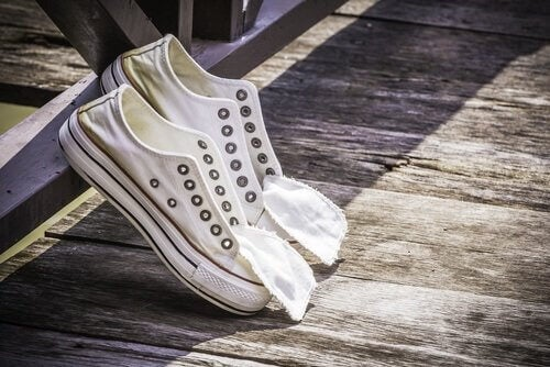 kengät kuivumassa pesun jälkeen