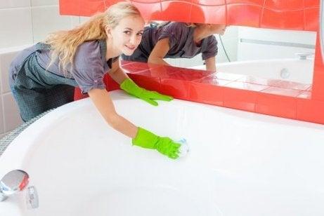 Coca-Cola on loistava puhdistusaine esim. kylpyammeen puhdistamiseen.