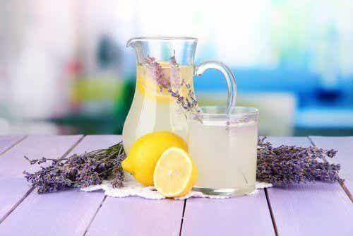 Laventeli-sitruunajuoma hoitaa päänsärkyä ja ahdistusta