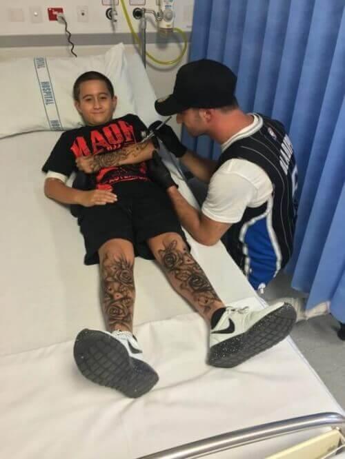 Lloydin tekemät tatuoinnit häipyvät suihkun mukana pois.