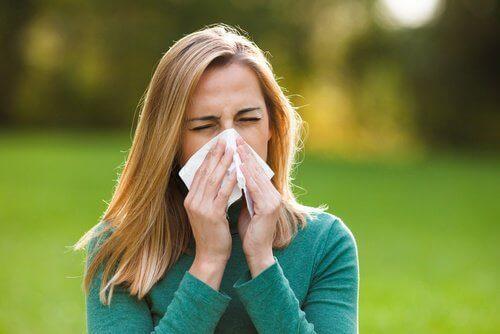 Tummat silmänaluset voivat johtua allergioista