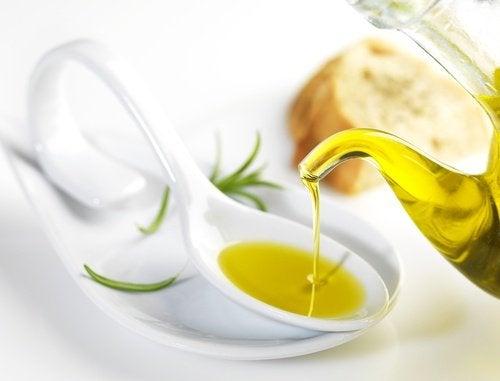 Oliivijyä valkoisella lusikalla