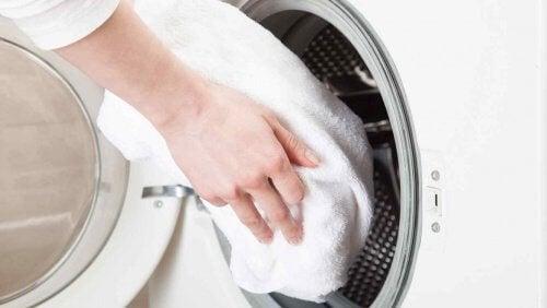 Valkaista pyyhkeitä pesukoneessa