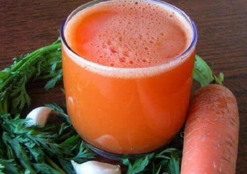 Selätä uupumus tällä valkosipuli-porkkanamehulla
