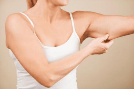 Käsivarsien iho menettää kiinteyttään iän myötä.