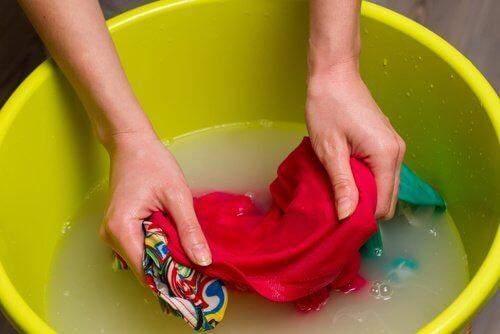 pese kutistuneet vaatteet käsin