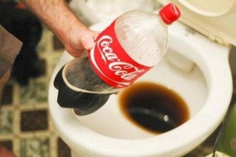 Coca-Cola auttaa puhdistamaan myös vessanpytyn.