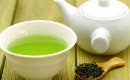 Vihreä tee kupissa