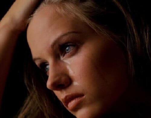 Tyttö itkee