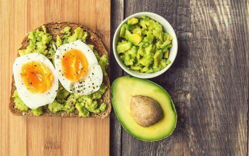 avokadot ja kananmunat
