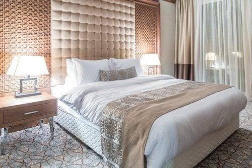 Miellyttävä makuuhuone muodostuu monista seikoista, esimerkiksi valaistuksella on merkitystä viihtyvyyden kannalta.