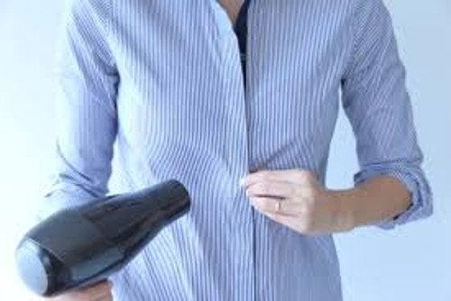 Vaatteiden kuivaaminen hiustenkuivaajalla