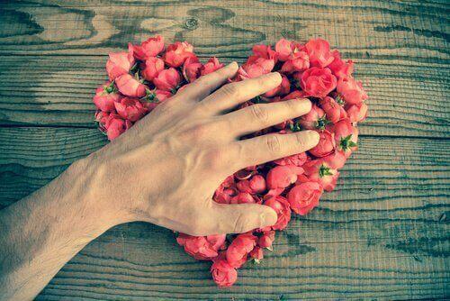Käsi sydämen päällä