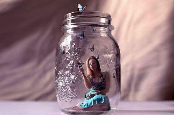 nainen lasipurkissa