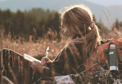 nainen kirjoittaa