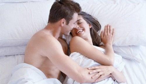 onnellinen pari sängyssä