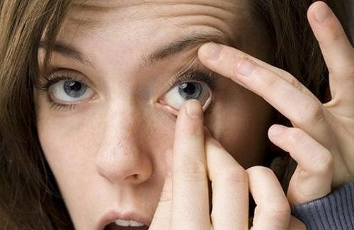 käsienpesu ennen piilolinssien laitamista