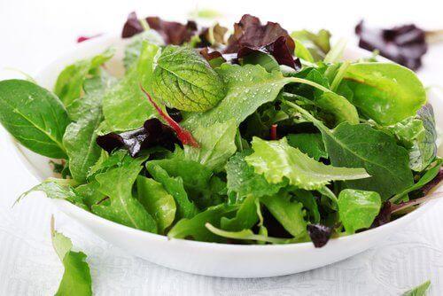 salaatti auttaa närästykseen