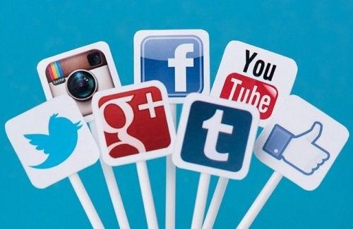 Hyvät käytöstavat on hyvä muistaa myös sosiaalisessa mediassa.