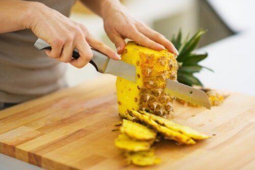 Ananaksen kuoriminen