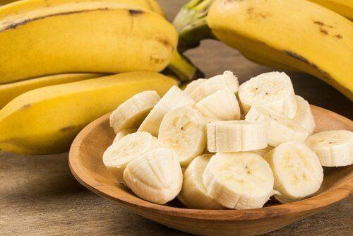 Banaani kokonaisena ja pilkottuna