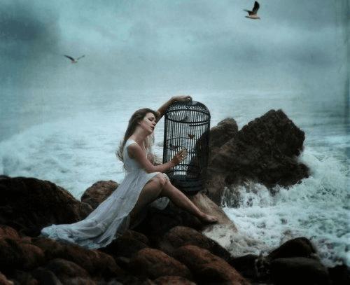 Nainen ja lintuhäkki