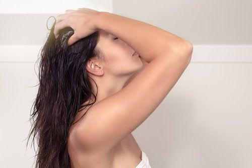 kookosöljyä käytetään hiuksiin hieromalla sitä päänahkaan