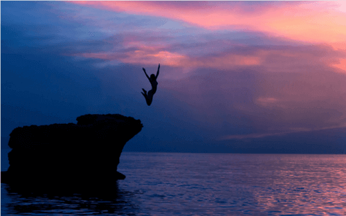 Peloton nainen hyppää veteen