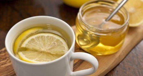 5 syytä aloittaa lämpimän hunajaveden juonti