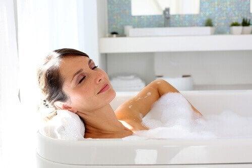 nainen kylpee