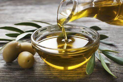 Oliiviöljyä pienessä kulhossa