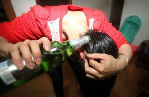 kiharra hiukset,, kaada niihin olutta